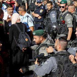 قوات الأمن الإسرائيلية تطرد المصلين الفلسطينيين من محيط أحد أبواب الأقصى