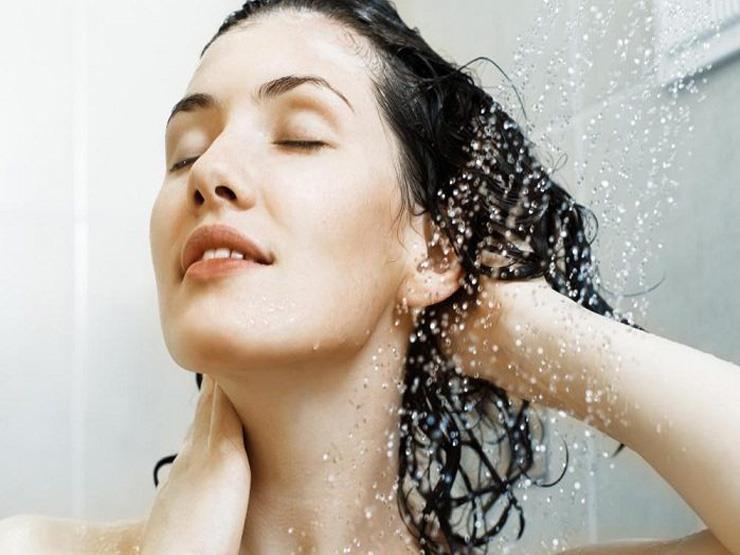 خبراء : غسل الشعر يومياً بالماء فقط دون شامبو لا يضره