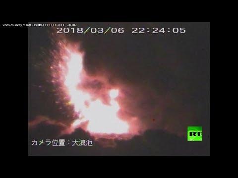 لحظه إنفجار بركان في جزيرة كيوشو جنوب اليابان
