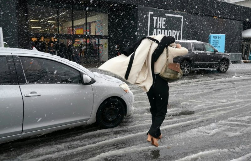عاصفة ثلجية تضرب شمال شرق الولايات المتحدة تتسبب في إلغاء أكثر من 2000 رحلة