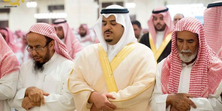 الأمير محمد بن عبدالرحمن ينقل تعازي القيادة لأسر الشهيد العتيبي