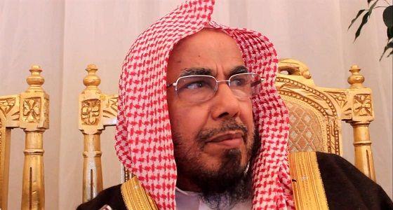 الشيخ عبدالله بن محمد يكرر تأكيده على جلوس المرأة مع إخوان زوجها..ويدعو لاحترام الكبار