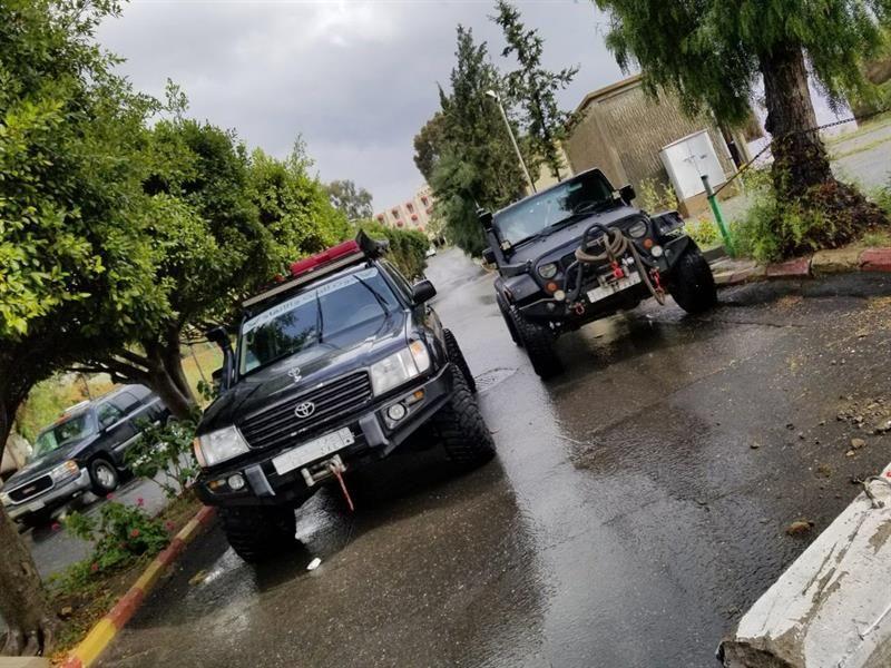 فريق غوث التطوعي يقوم بمساعدة المواطنين عالقين بسبب الأمطار الغزيرة في أبها