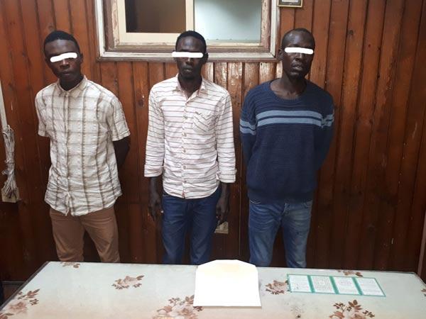 مباحث قسم شرطة الأزبكية تلقي القبض على 3 متهمين سودانيين سرقوا 1900 جنيه من فتاة بالقاهرة