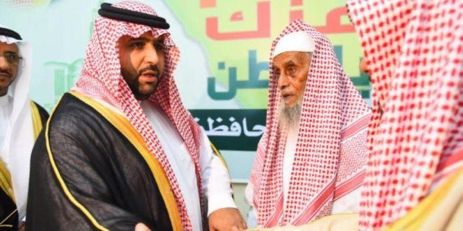 الأمير محمد بن عبدالعزيز يواسي ذوي الشهيد محزري