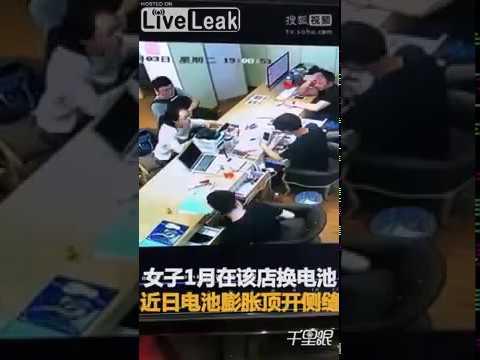 لحظة انفجار بطارية هاتف آيفون في وجه فتاة داخل مركز للصيانة