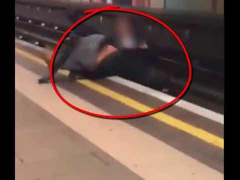 بالفيديو إنقاذ شابين من الموت أمام مترو الأنفاق فى لندن