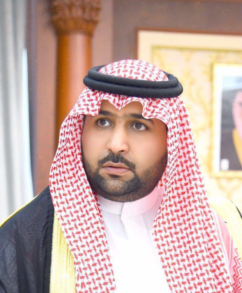 الأمير محمد بن عبدالعزيز ينقل تعازي القيادة لذوي الشهيد العريف خلوي