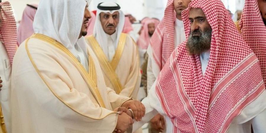 الأمير محمد بن عبدالرحمن ينقل تعازي القيادة لأسرة الشهيد الحوشان