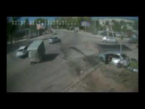 بالفيديو شاحنة تطيح بالسيارات فى أوكرانيا