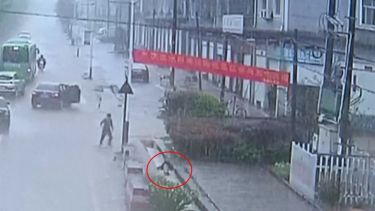مياه الأمطار تجرف طفل لبالوعة صرف فى الصين…. شاهد