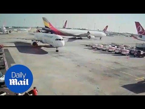 بالفيديو شاهد لحظة إصطدام طائرتين على الأرص بمطار أتاتورك فى تركيا