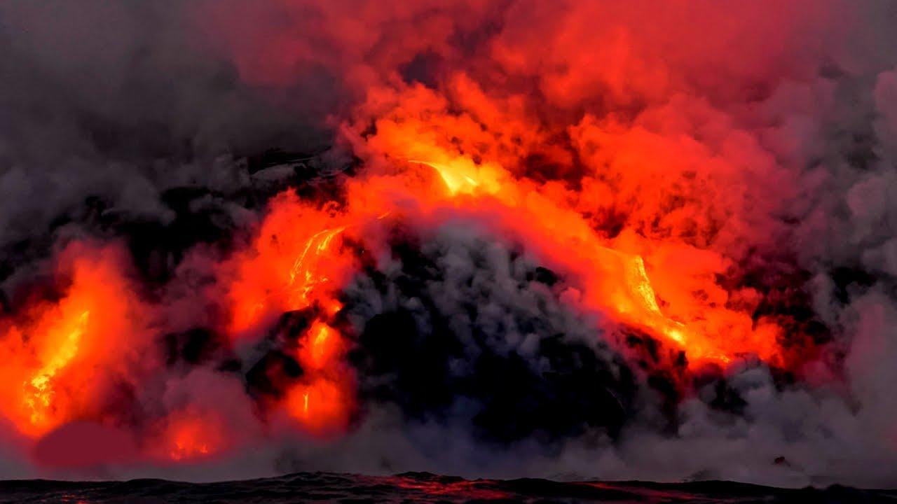 السيول البركانية المندفعة مع مياه المحيط تولد سحبا سامة فى هاواى… فيديو