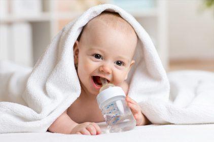 هل الماء تسبب مشاكل صحية للطفل الرضيع