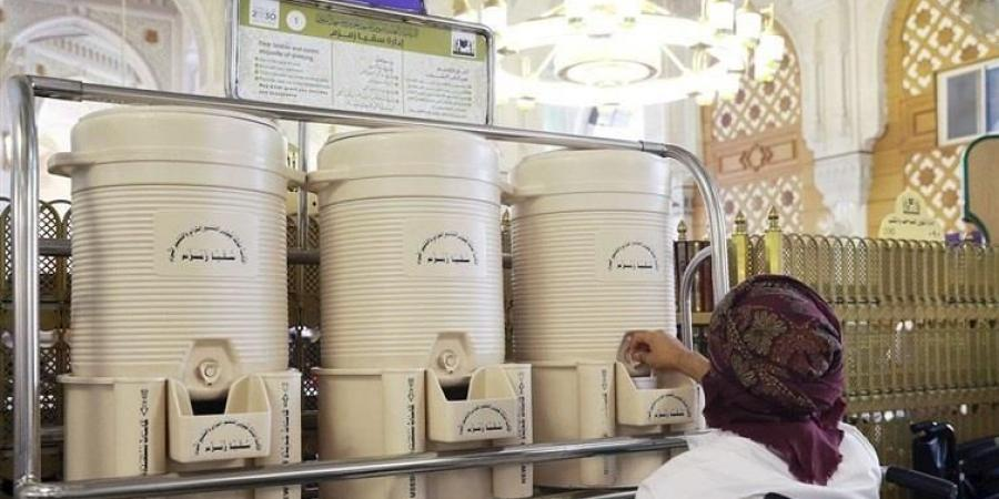 توفير كراسي خاصة لحافظات ماء زمزم تخدم ذوي الإعاقة الحركية بالتعاون مع إدارة سقيا زمزم بالمسجد الحرام
