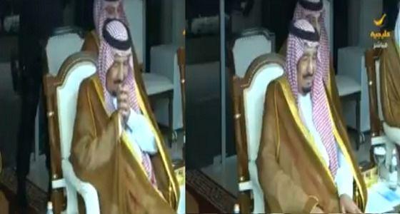 لحظة تأثر الملك سلمان بعد رؤية ابيه الملك عبدالعزيز