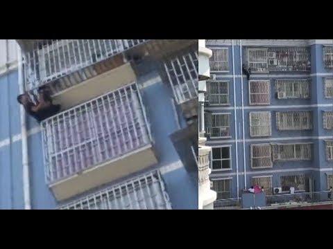 يتسلق 5 طوابق لإنقاذ طفل كاد أن يسقط فى الصين…. شاهد