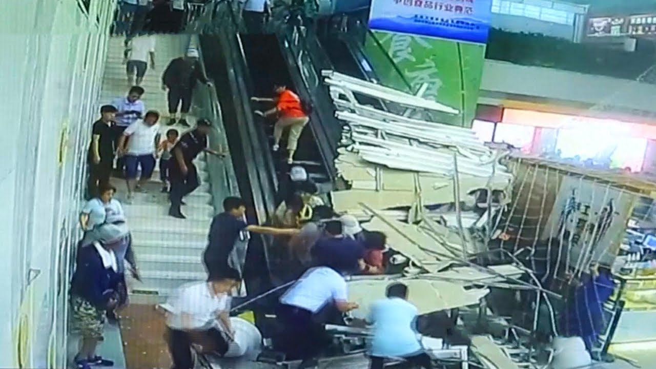 شاهد جرح عدد من السياح جراء إنهيار سقف فى الصين