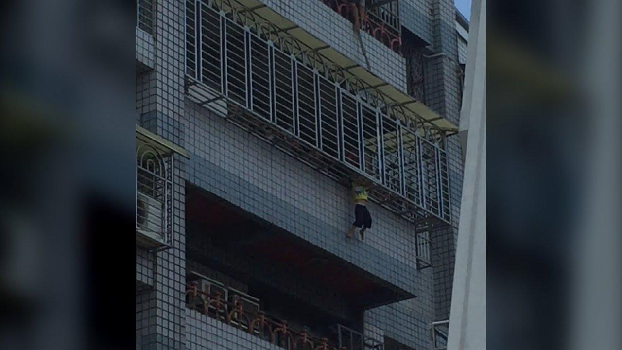 شاهد إنقاذ طفل كاد يسقط من الدور الخامس