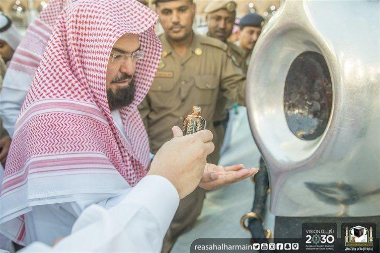 الرئيس العام لشؤون المسجد الحرام يشارك في تطييب الكعبة والمسجد الحرام