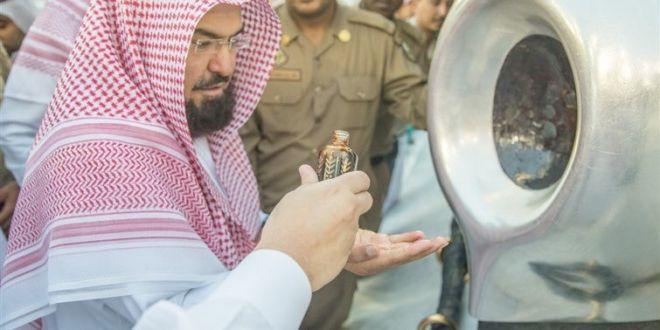 شاهد.. الدكتور عبدالرحمن بن عبدالعزيز يشارك في تطييب الكعبة والمسجد الحرام