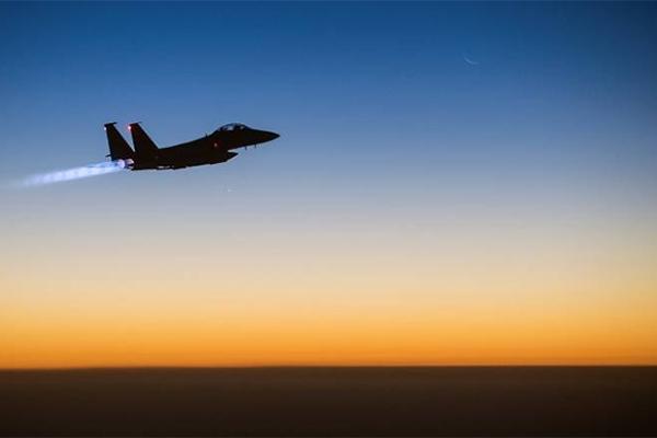 طيران تحالف دعم الشرعية في اليمن يستهدف اجتماعاً حوثياً غرب صرواح