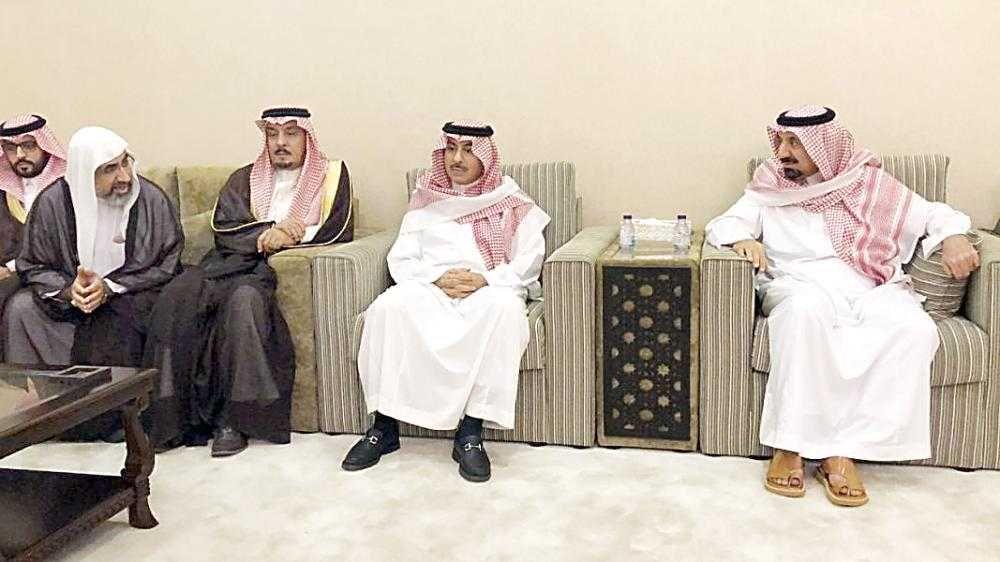 الأمير جلوي بن عبدالعزيز يستقبل المعزين في والدته
