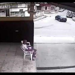 مركبة مسرعة  تصدم امرأتين لحظة عبورهما الشارع فى الصين… شاهد