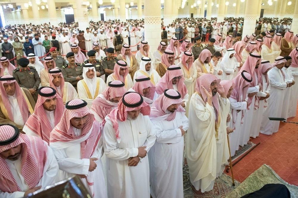 الأمير محمد بن عبدالرحمن بالنيابة يؤدي الصلاة على والدة الأمير جلوي بن عبدالعزيز