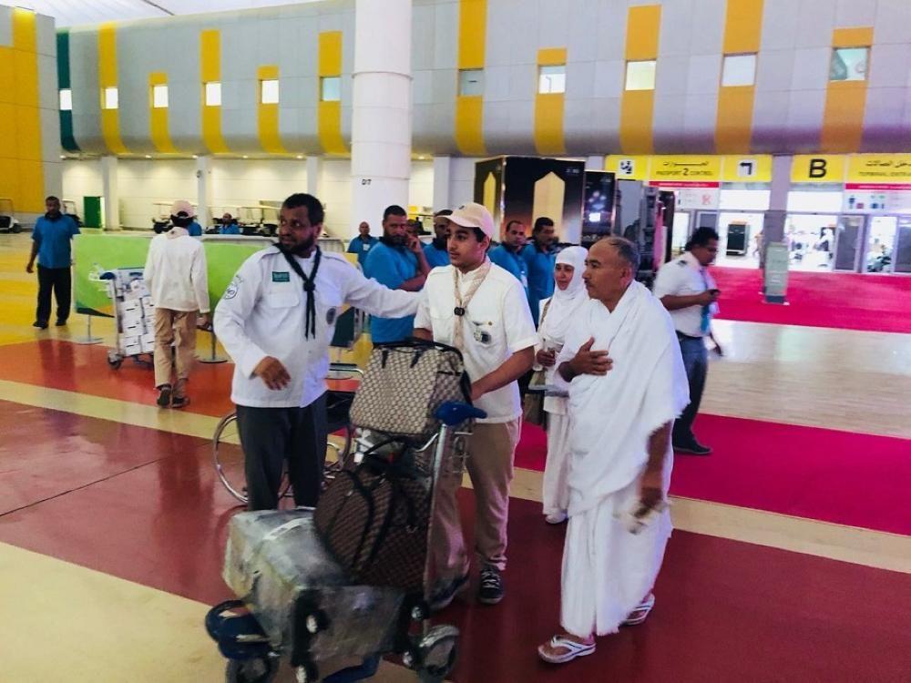 كشافة تعليم جدة في خدمة حجاج بيت الله الحرام يستقبلون ضيوف الرحمن في مطار «المؤسس»