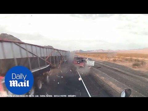 بالفيديو شاهد لحظة تصادم مروع بين شاحنتين