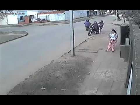بالفيديو شاهد كيف نجحت فتاة فى منع لصين من سرقتها
