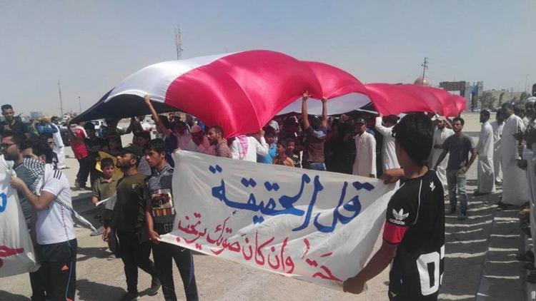 متظاهرون فى البصرة يقطعون منفذ سفوان باتجاه الكويت إحتجاجا على نقص الخدمات