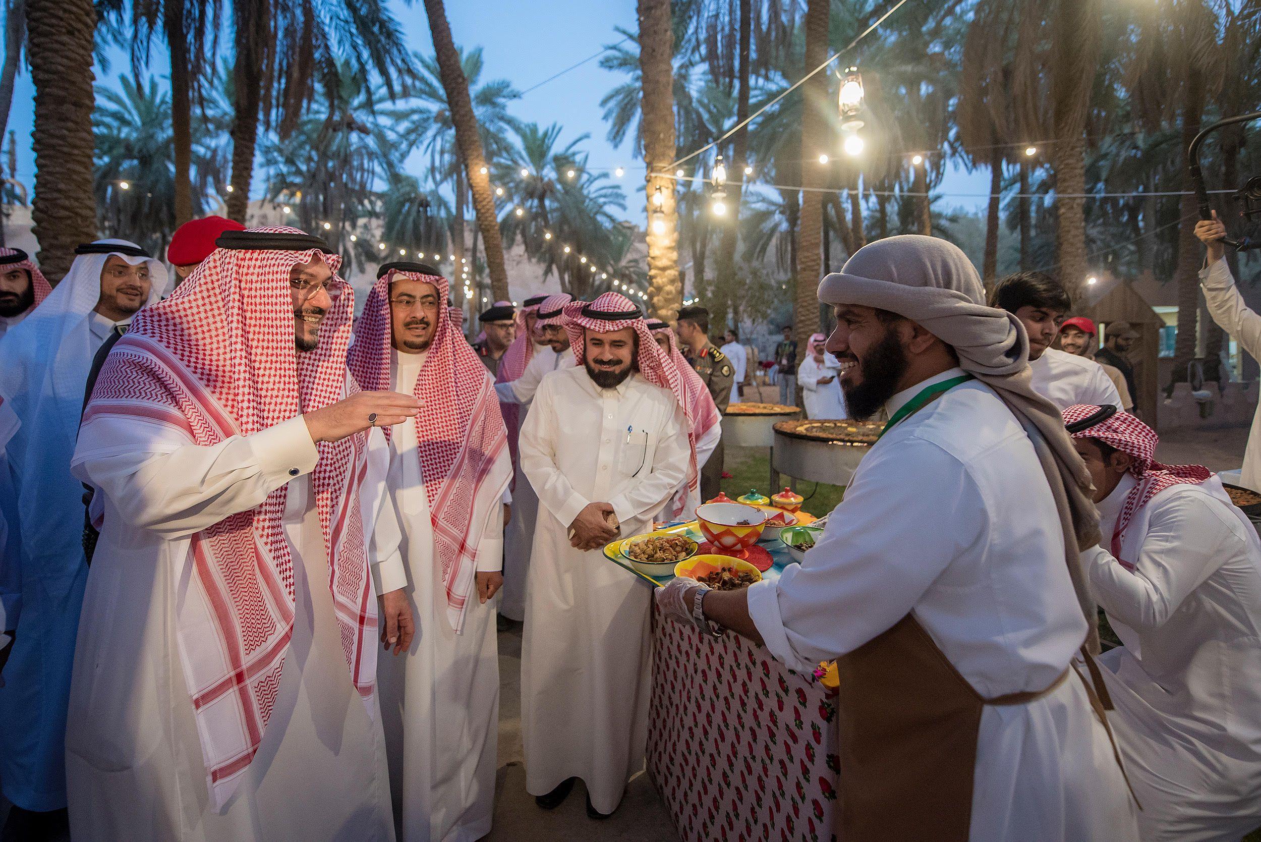 الدكتور فيصل بن مشعل يزور مهرجان تمور بريدة ويؤكد أنه سيكون بإشراف مباشر من مجلس التنمية السياحية