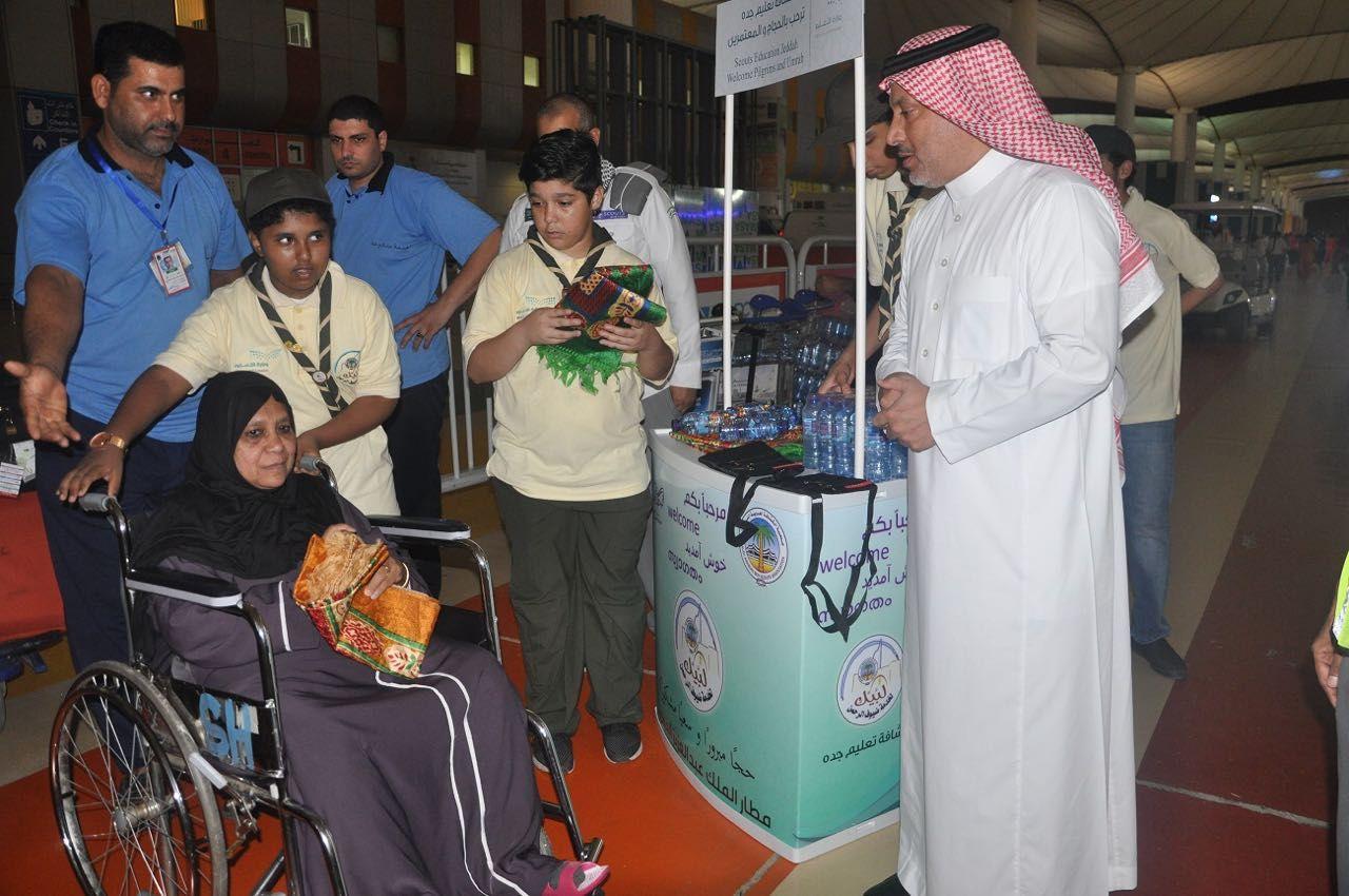 65 الف عبوة مياه سقيا مبردة للحجاج قدمها شباب كشافة تعليم جدة في مطار جدة