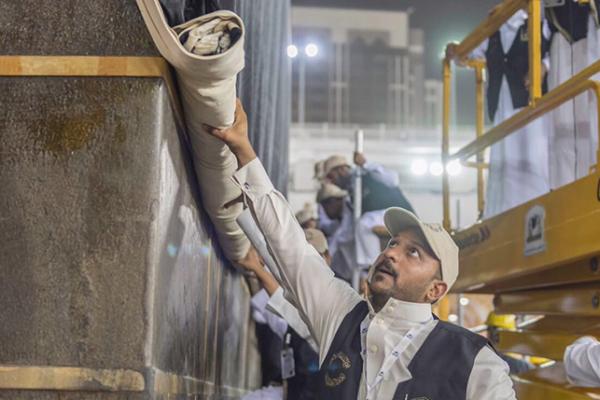 الرئاسة العامة لشؤون الحرمين تباشر إسدال ثوب الكعبة المشرفة وتثبيته بحلق الشاذروان الذهبية