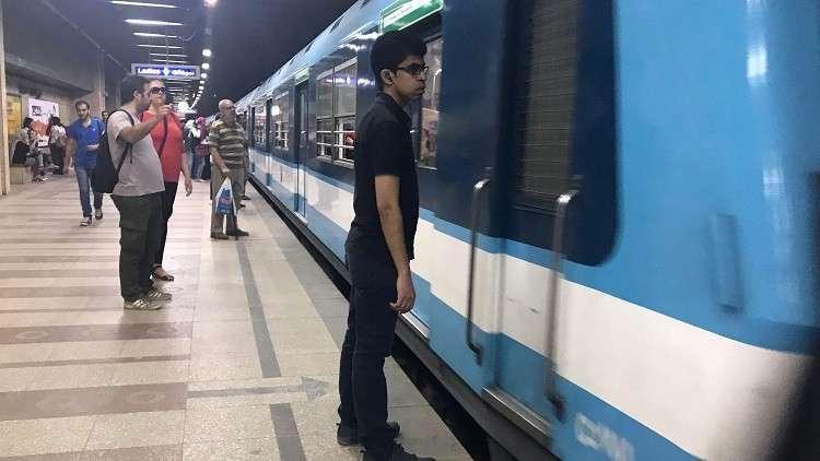 """فتاة تلقي بنفسها أمام قطار مترو الأنفاق في محطة """"عزبة النخل"""""""