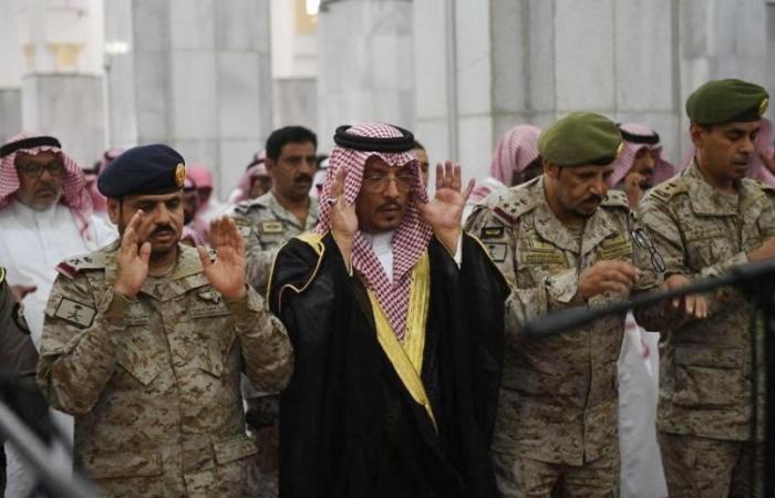 احمد بن سعد السميري يؤدي صلاة الميت على شهيد الواجب المالكي