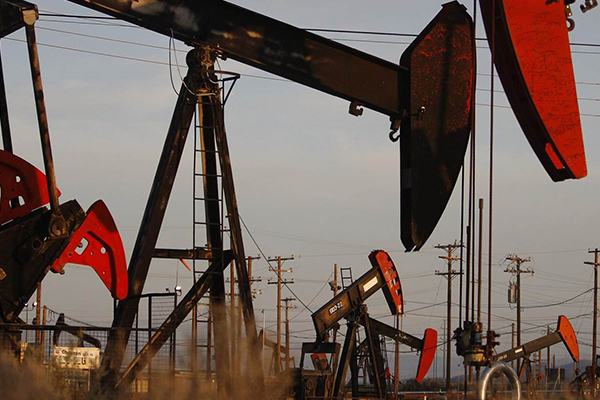 هبوط أسعار النفط أكثر من 1% بفعل مؤشرات علي زيادة المعروض