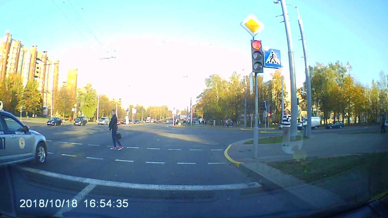 بالفيديو فتاة تعبر الشارع أمام ركب الرئيس البيلاروسى