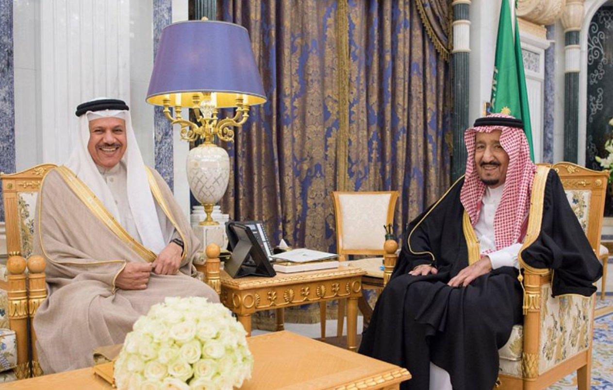 الملك سلمان يستقبل في مكتبه بقصر اليمامة الأمين العام لمجلس التعاون