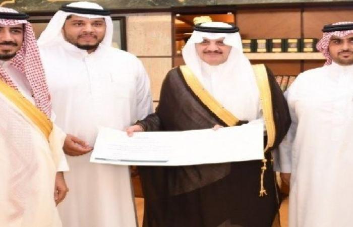 الأمير سعود بن نايف يكرم سائق الحافلة التوعوية