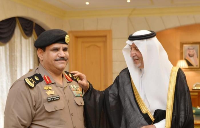 الأمير خالد الفيصل يقلد مدير السجون الدويش رتبته الجديدة