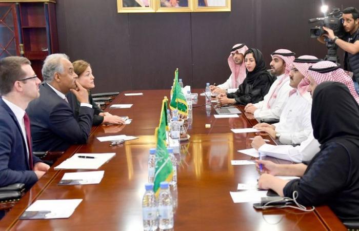 السفير محمد بن سعيد يلتقي وفداً من اللجنة الدولية للصليب الأحمر
