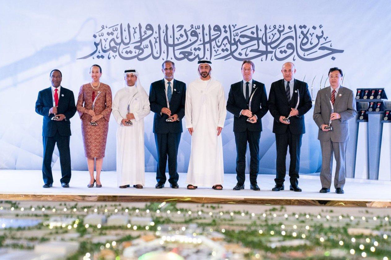 الشيخ عبد الله ابن زايد آل نهيان يكرم سفارة المملكة في أبو ظبي بجائزة التميز