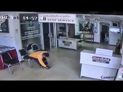 بالفيديو ثعبان يتأهب لمهاجمة رجل داخل مركز شرطة
