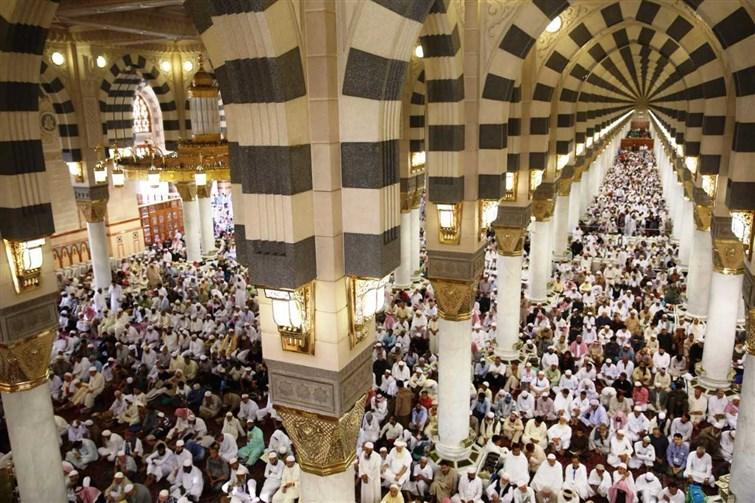 إمام وخطيب المسجد النبوي : مفتاح الرحمة الإحسان في عبادة الخالق والسعي في نفع عباده