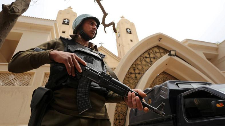ضابط يلقي مصرعه وإصابة شرطي بانفجار عبوة ناسفة أمام كنيسة بمدينة نصر