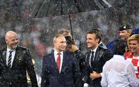 عدسات الكاميرات تلتقط الرئيس الروسي بوتين يسرق إحدى ميداليات المونديال