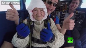 بالفيديو عمرها 102 سنة وتقفز بالمظلة من طائرة على إرتفاع 4000 متر